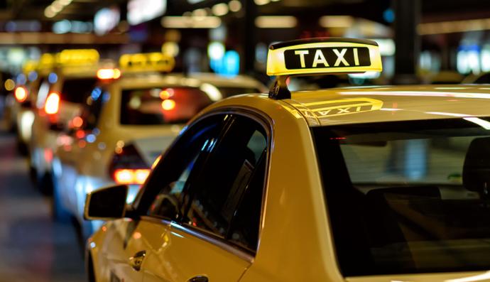 Taxi phương tiện di chuyển phổ biến tại sân bay