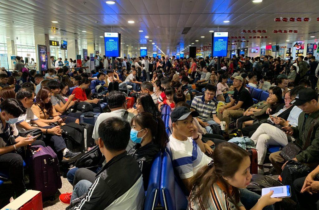 Sân bay Tân Sơn Nhất hành khách nằm la liệt chiều 28 Tết