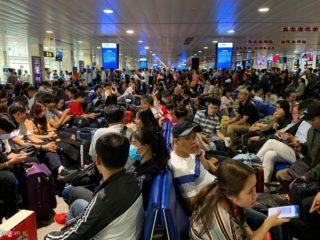 Tân Sơn Nhất hành khách nằm la liệt chiều 28 Tết - hinh 1