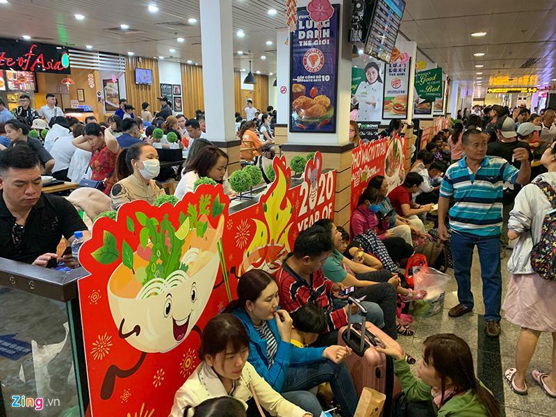 Tân Sơn Nhất hành khách nằm la liệt chiều 28 Tết - hinh 2