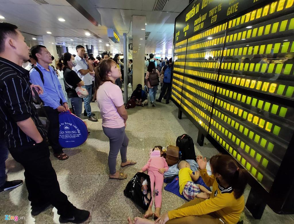 Tân Sơn Nhất hành khách nằm la liệt chiều 28 Tết - hinh 3