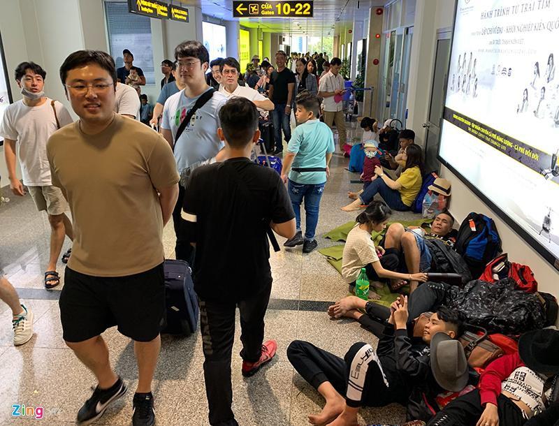 Tân Sơn Nhất hành khách nằm la liệt chiều 28 Tết - hinh