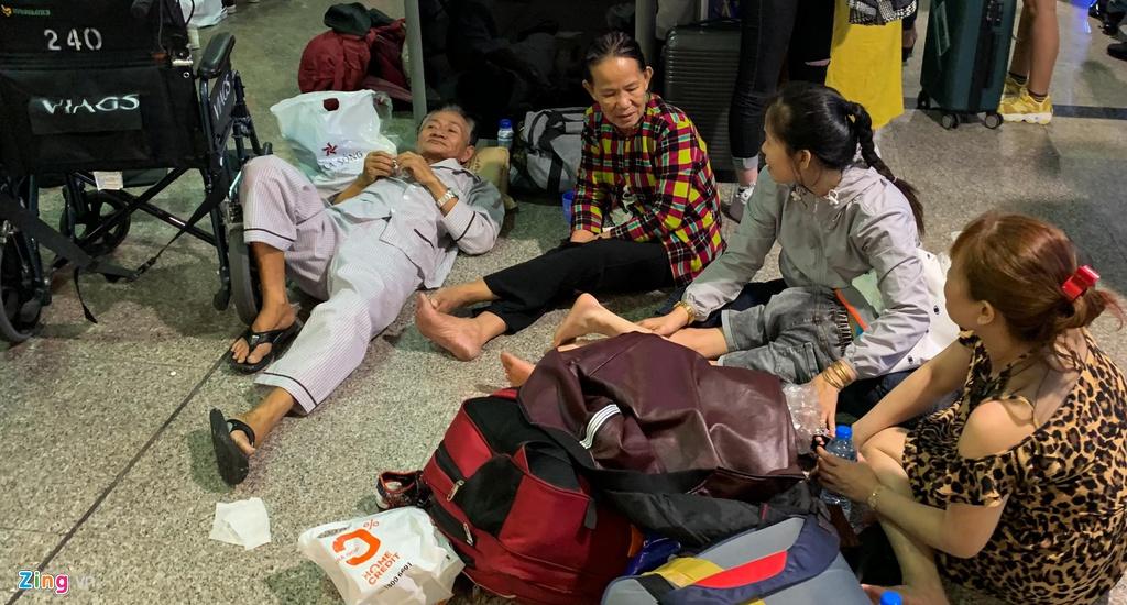 Tân Sơn Nhất hành khách nằm la liệt chiều 28 Tết - hinh 6