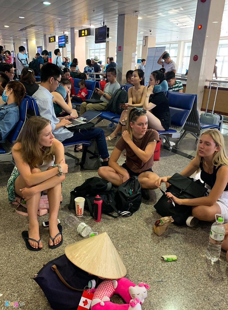 Tân Sơn Nhất hành khách nằm la liệt chiều 28 Tết - hinh 8