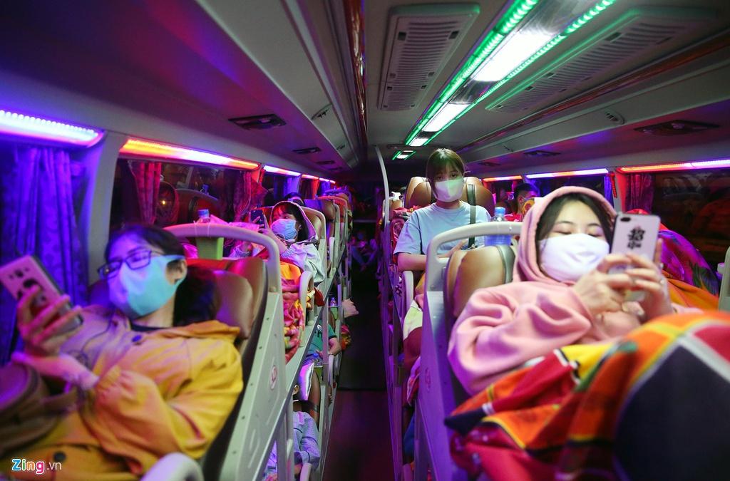 Bến xe Miền Đông nhộn nhịp trước giờ giảm chuyến ôtô khách - hinh 11