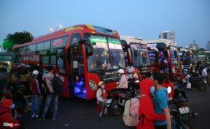 Bến xe Miền Đông nhộn nhịp trước giờ giảm chuyến ôtô khách - hinh 2