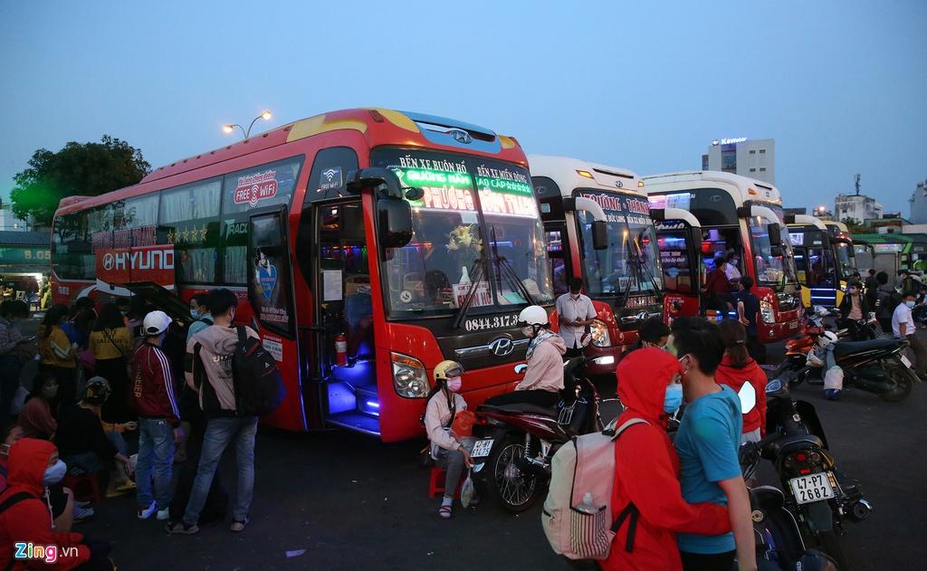 Bến xe Miền Đông nhộn nhịp trước giờ giảm chuyến ôtô khách