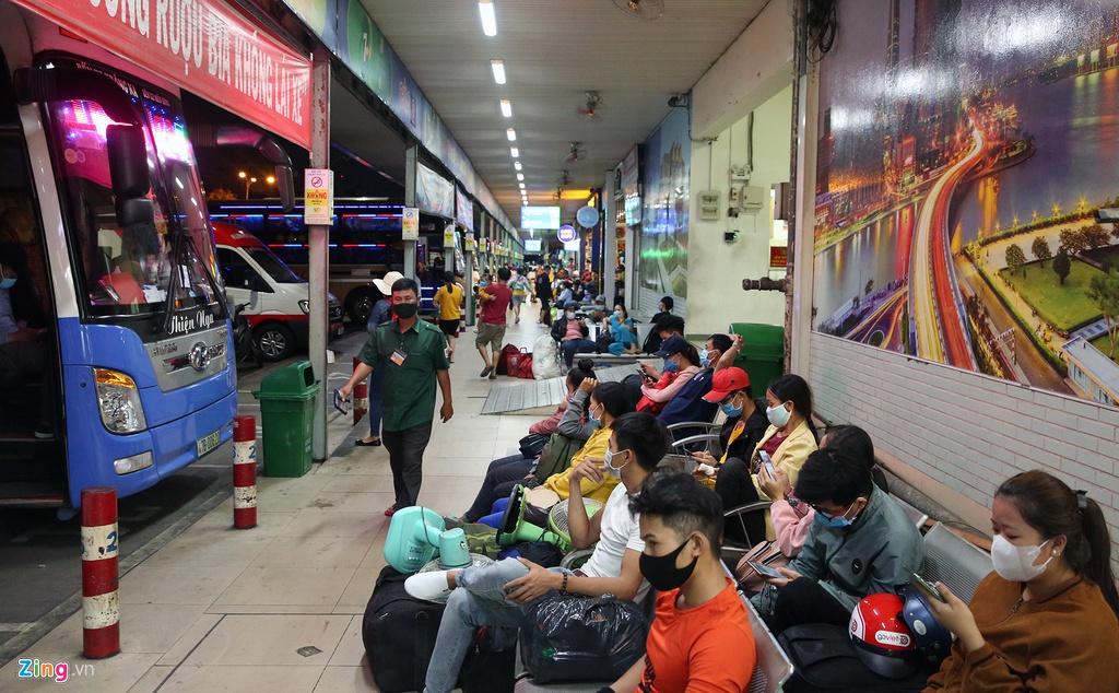 Bến xe Miền Đông nhộn nhịp trước giờ giảm chuyến ôtô khách - hinh 5