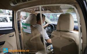 Taxi công nghệ lắp màng chắn đối phó với dịch bệnh Covid-19 - hinh 1