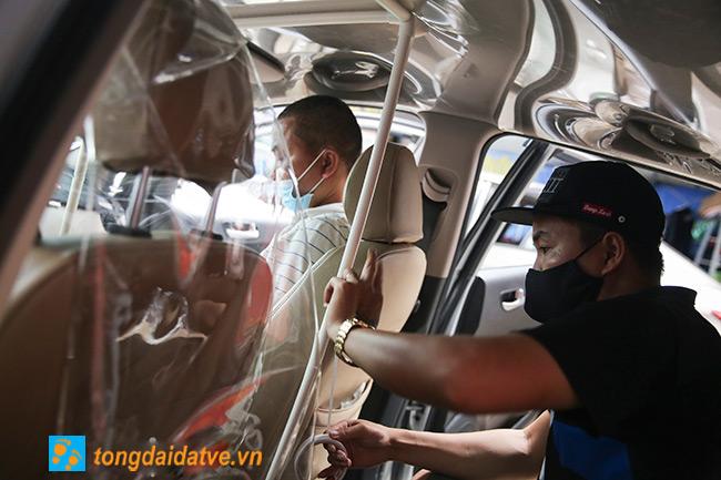 Taxi công nghệ lắp màng chắn đối phó với dịch bệnh Covid-19 - hinh 2